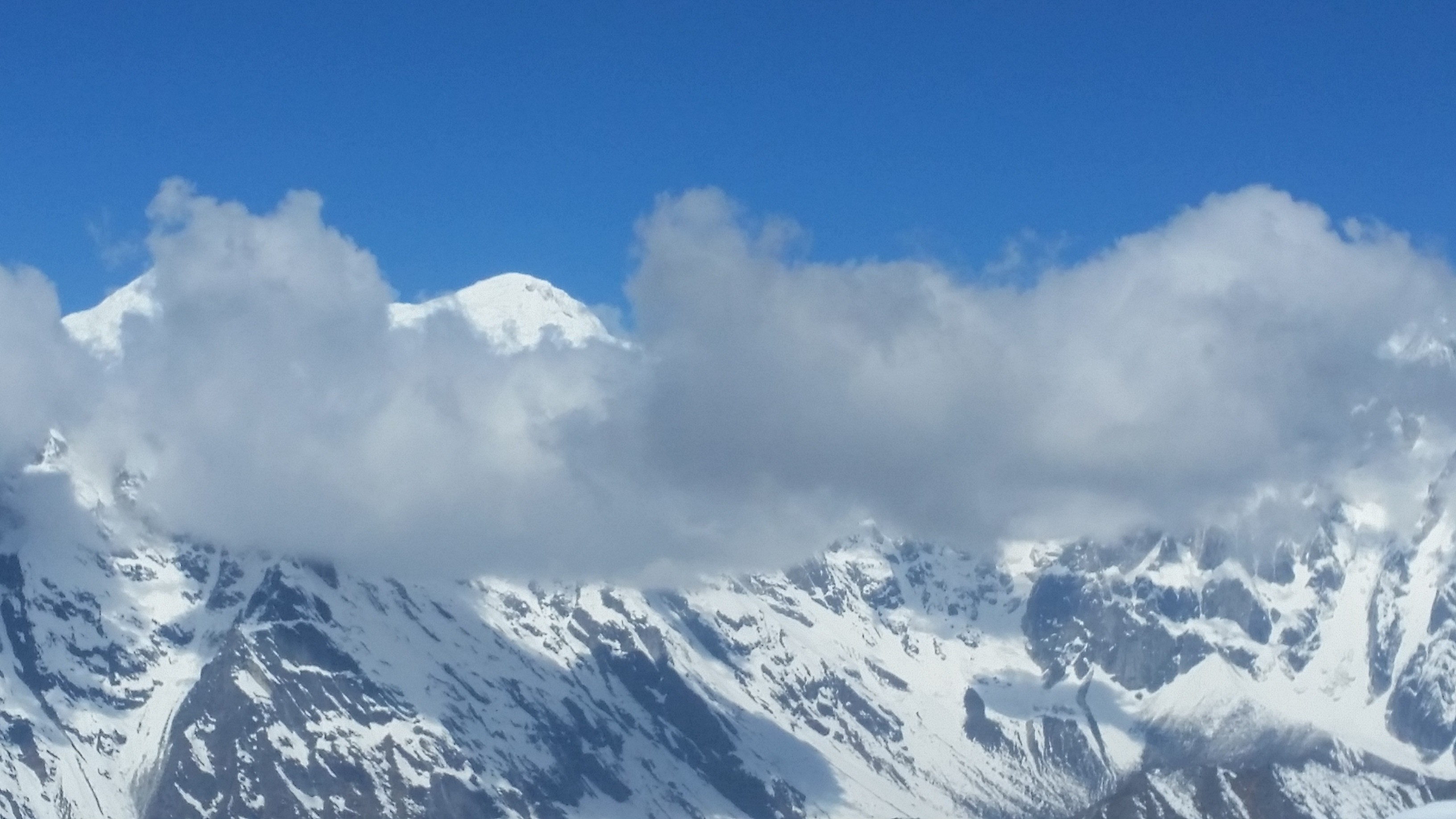 Manaslu Trekking: Himalaya with cloud