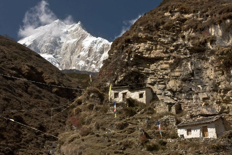 Manaslu Trek: White small houses in the mountain